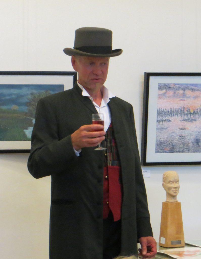 Kuvanveistäjä Kari Kärkkäinen ja hänen luomansa runokilpailun piä-palkinto